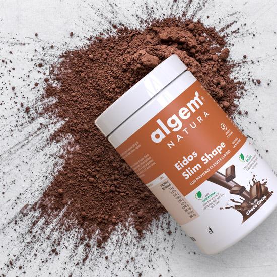 Eidos Slim Shape Choco Cacao è un preparato solubile per bevanda, ricco di Proteine vegetali, Galega per favorire l'equilibrio del peso corporeo e Griffonia per contrastare il senso di fame.
